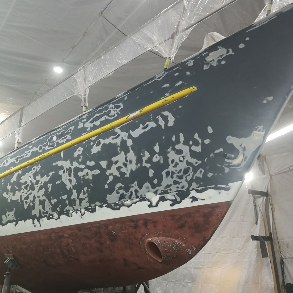 Neu: Schiffsrumpf - Fläche geschliffen, gereinigt und vorbereitet für neue Beschichtungen