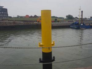 Neu beschichteter Dalben am Helgolandkai in Wilhelmshaven